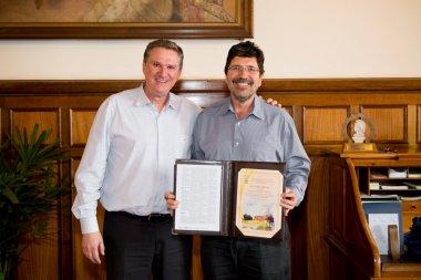 José Otávio Machado Menten recebe homenagem da diretoria da ESALQ